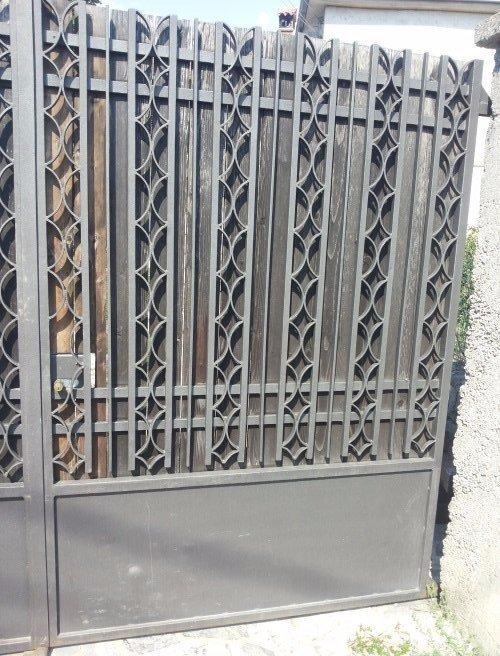 un cancello in ferro battuto di color grigio