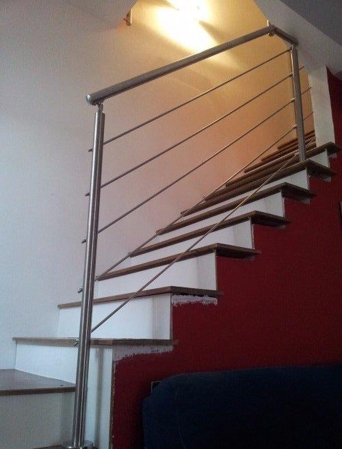 delle scale e corrimani in acciaio inox