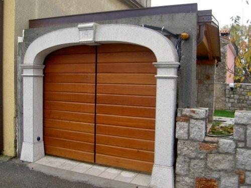 una porta  di un box in legno