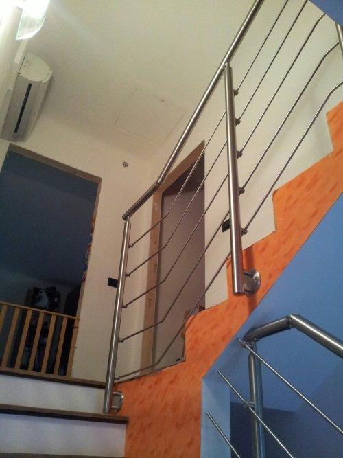 delle scale con corrimano in acciaio inox