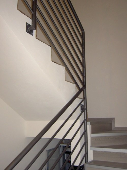 delle scale da interno con corrimano in metallo