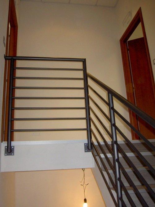 delle scale interne e dei corrimano in metallo di color grigio