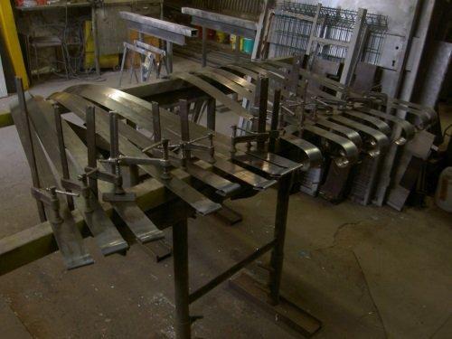 delle strisce in acciaio inox
