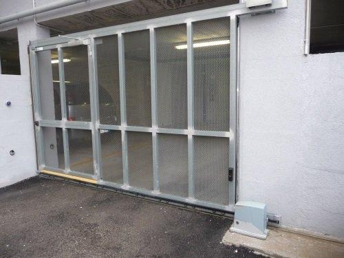un cancello automatico di un garage