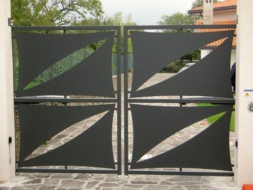 un cancello in metallo di color grigio