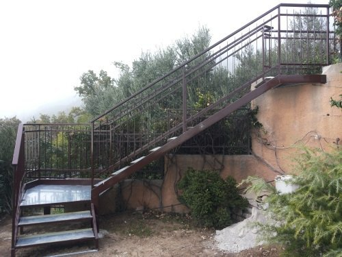 delle scale in ferro da esterno