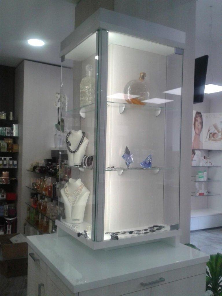 Doppia vetrina con profumi,gioielli e minuterie di alta qualità
