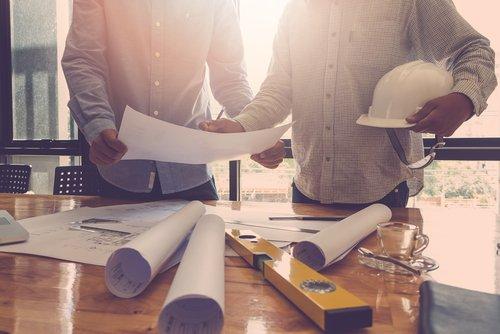 consultazione tra esperti in costruzioni