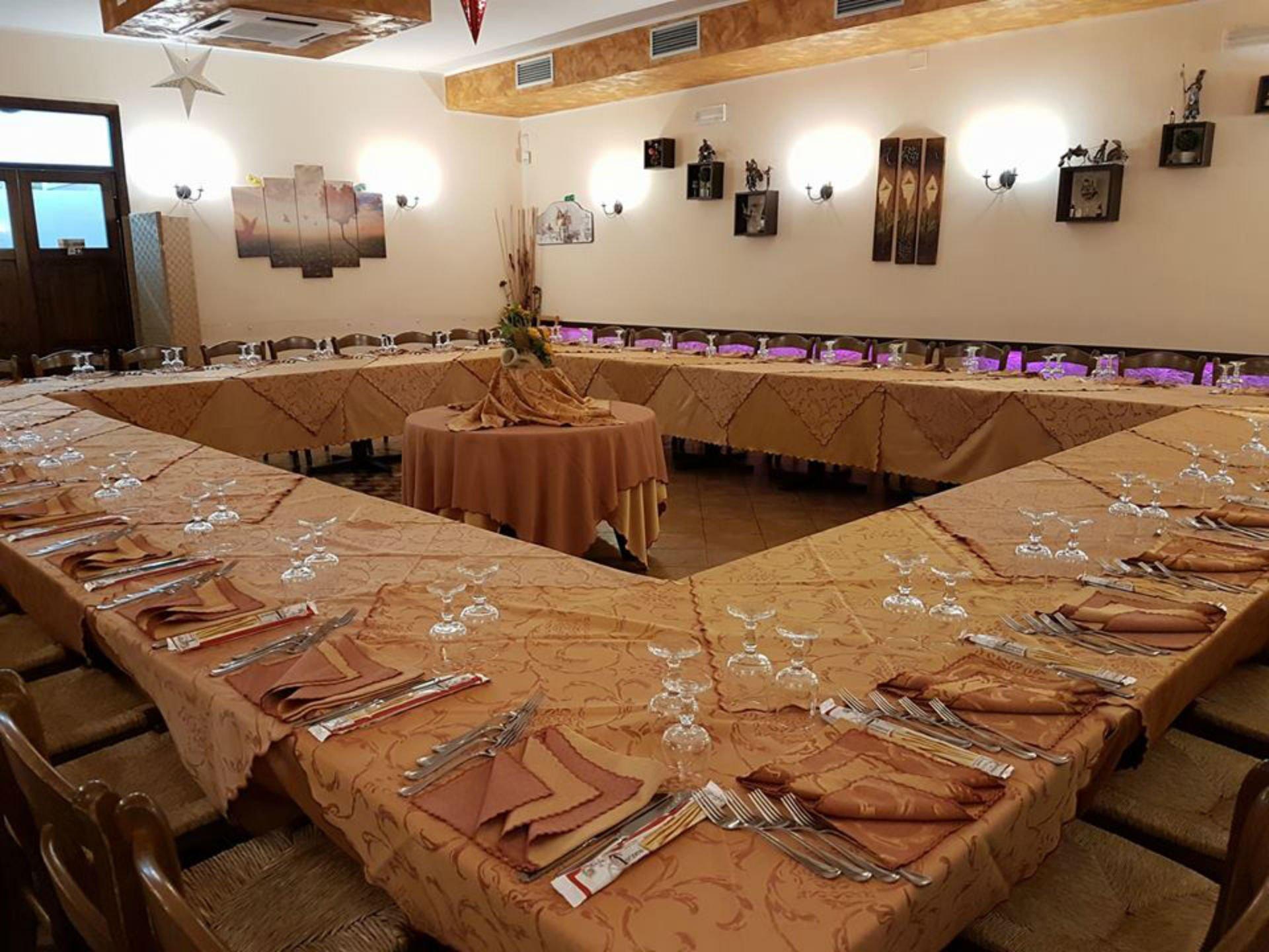 una tavolata quadrata in un ristorante