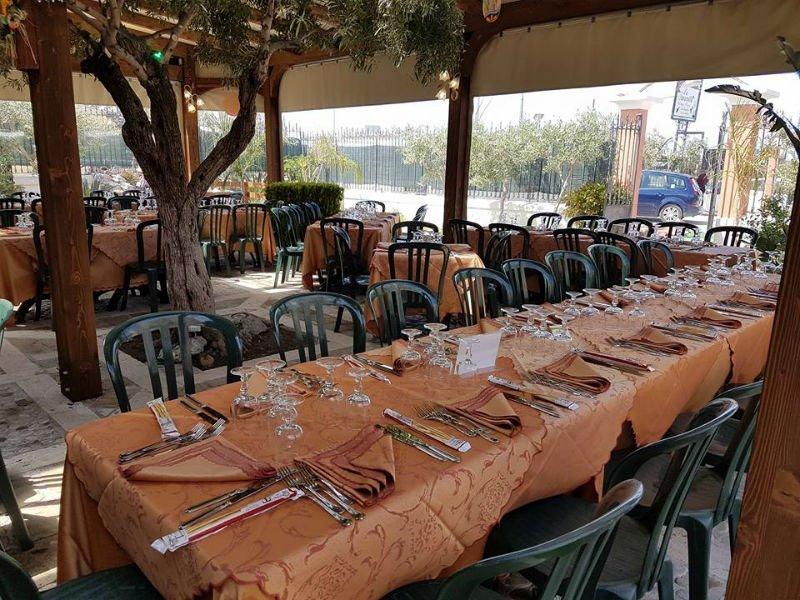 una tavolata sotto a un gazebo all'esterno di un ristorante