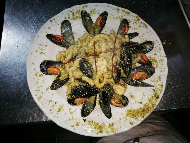 un piatto con anelli di calamari e cozze