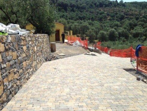 pavimento in autobloccanti e muro in pietra
