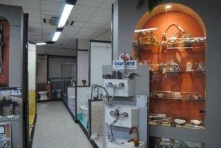 vista interna di un negozio ceramiche rubinetti in vetrine