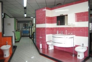 bagno moderno con piastrelle rosa