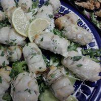 piatto blu con pesce