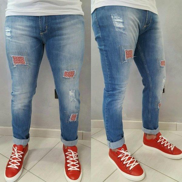 jeans con particolari rossi