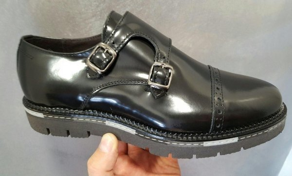scarpa in pelle abrasivo
