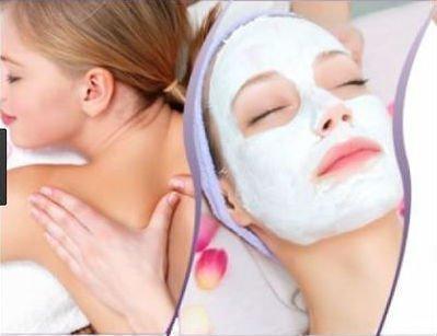 una donna a cui massaggiano la schiena e una donna con maschera facciale