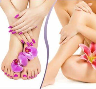 piedi e mani di una donna con smalto fucsia