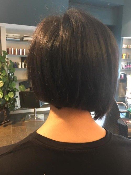 una ragazza con capelli a caschetto neri