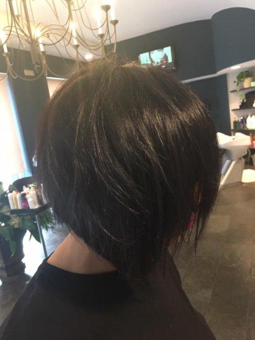 Una ragazza con capelli neri
