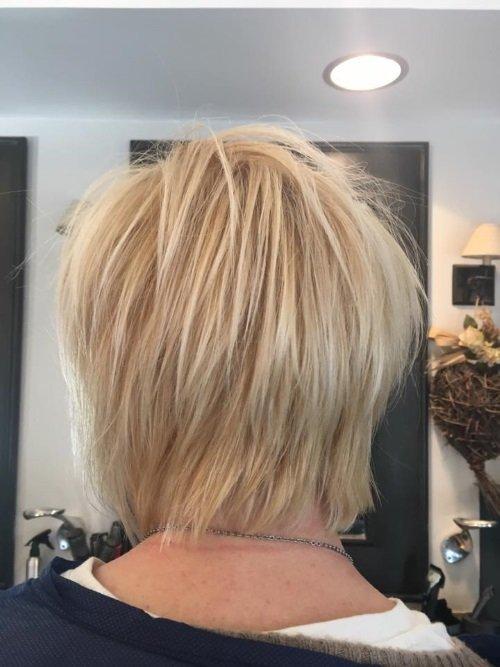 una ragazza con capelli biondi