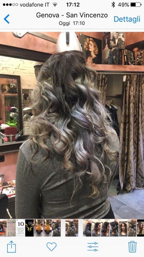 una ragazza con capelli lunghi castani mossi