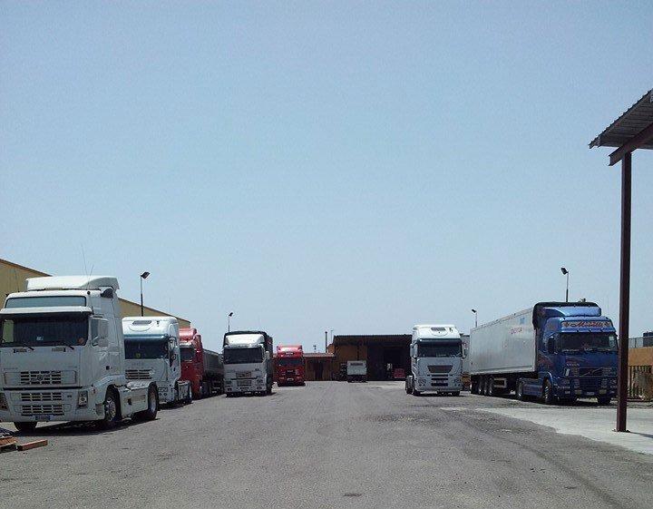 Rimessa di camion nel parcheggio della ditta di Autotrasporti Morelli
