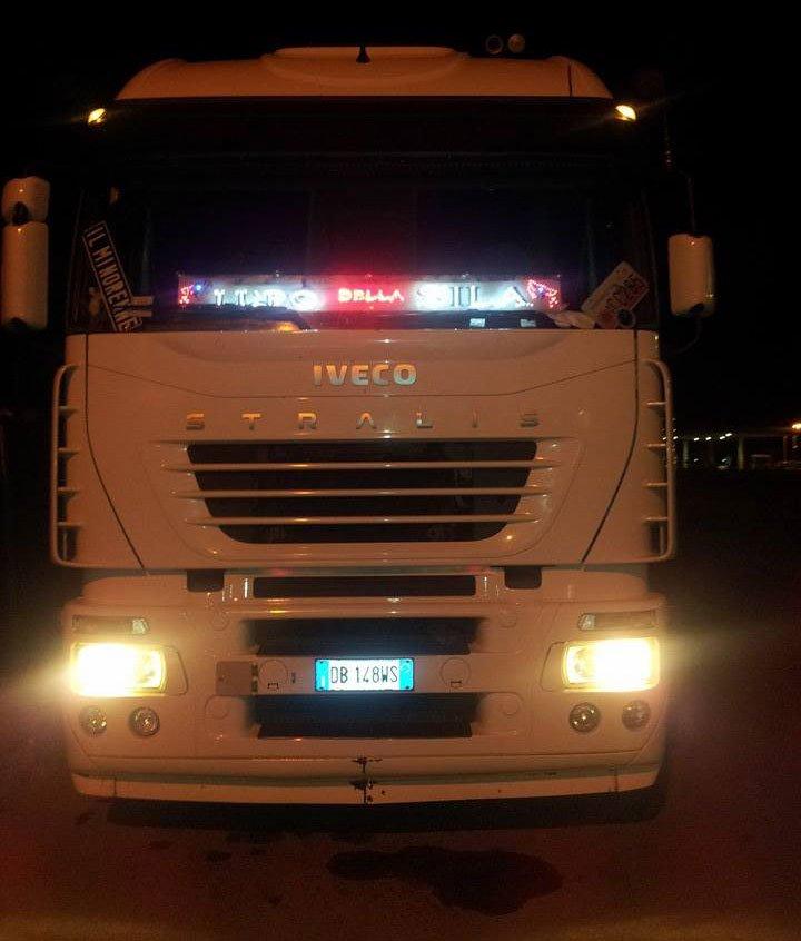 Camion con luci accese durante la notte