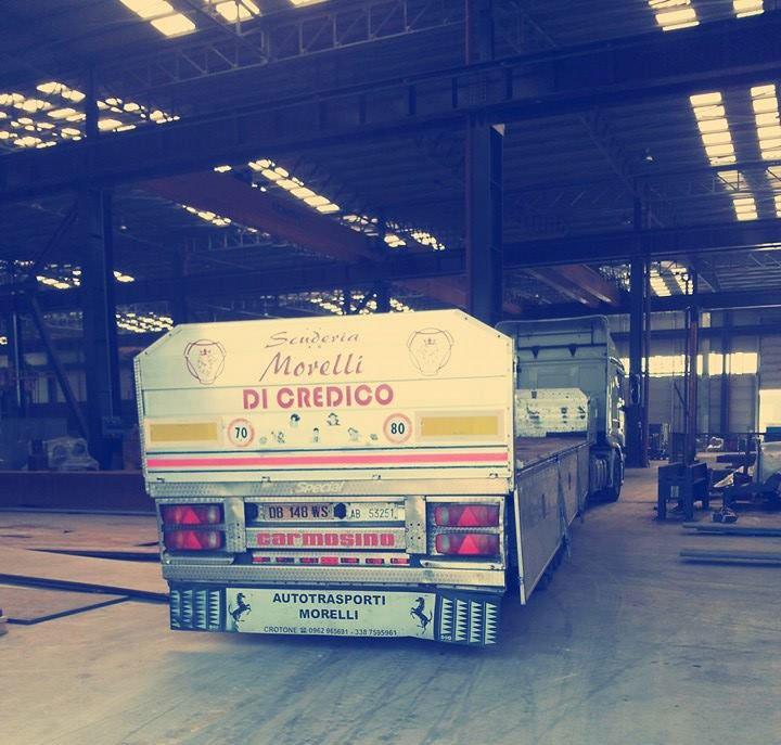 camion all'interno del capannone dell'azienda
