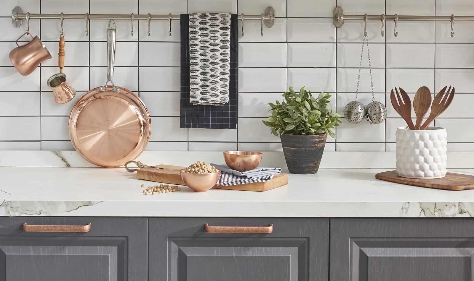 cucina con pentole e ciotole di rame