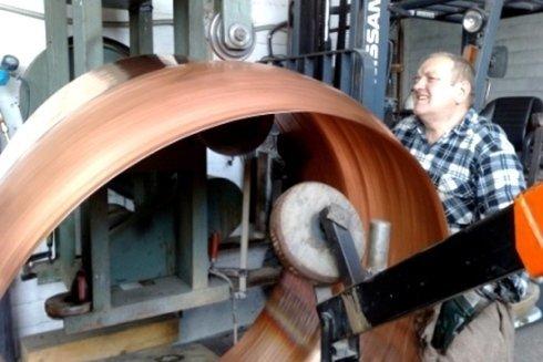 artigiano durante la lavorazione del rame