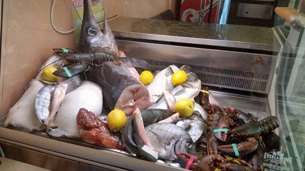 del pesce fresco e dei granchi in una vetrina