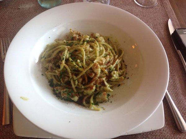 degli spaghetti con pesce e prezzemolo