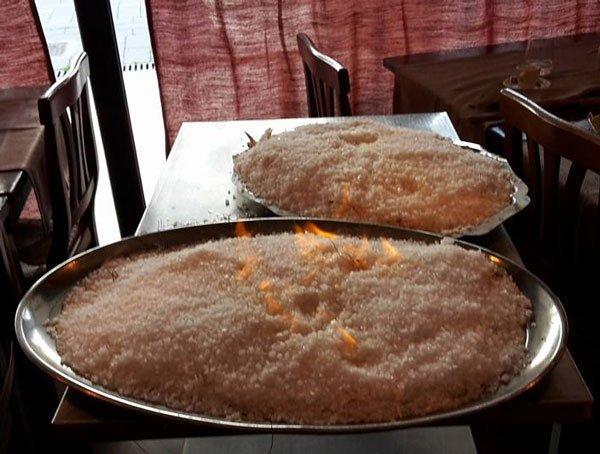 due piatti di pesce sotto sale