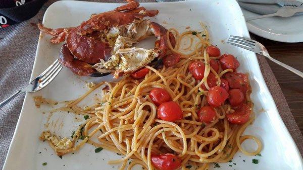 degli spaghetti con pomodorini e astice