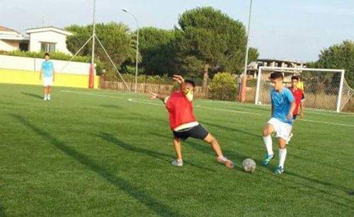ragazzi giocano a calcio