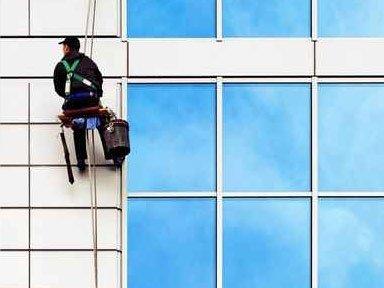 pulizia vetrate grandi dimensioni