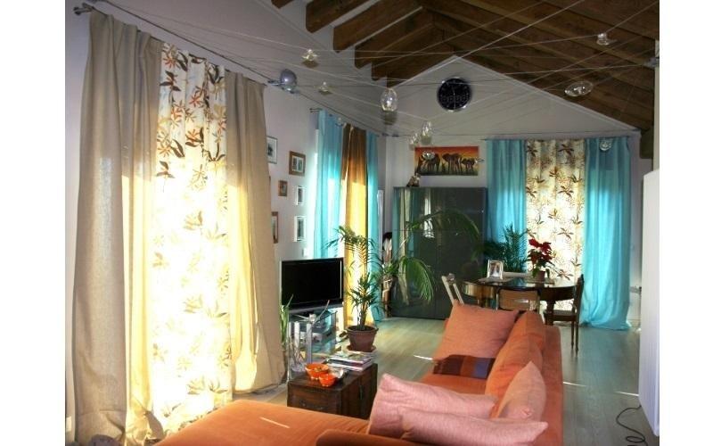Interno di un appartamento con tende