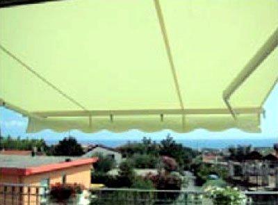 salotto con tende a righe verticali