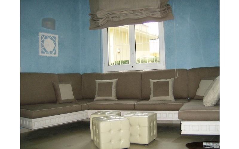 ampio divano ad angolo con tappezzerie su misura