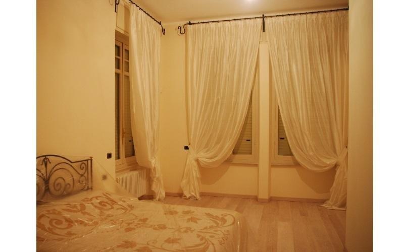 camera da letto con mantovana bianca