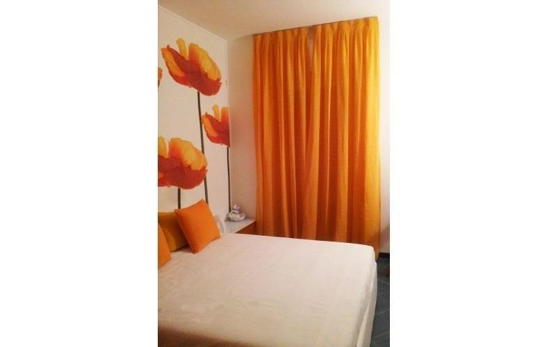 camera da letto con tenda arancione