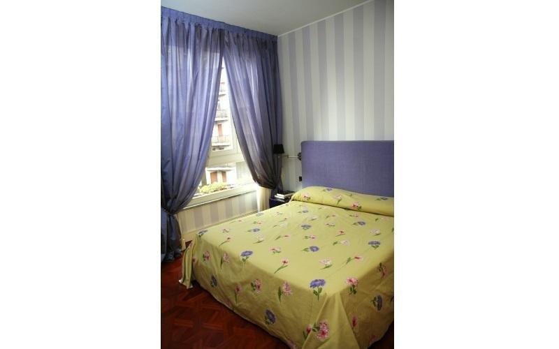 tenda viola in una camera da letto