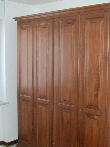 Particolare armadio in legno, particolare armadio intarsiato, armadio decorato