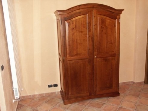 Armadio con profilo arrotondato, armadio elegante, armadio legno massiccio