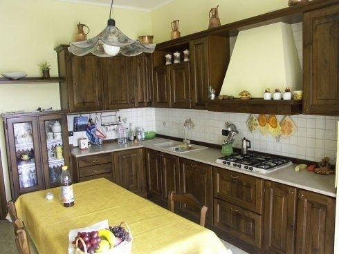 Cucina con tavolo centrale, cucina con pensili in legno, cucina massello