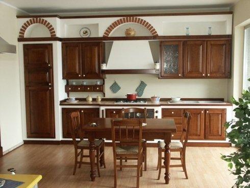 Cucina in legno e muratura, cucina con pensili intarsiati, cucina con pensili decorati