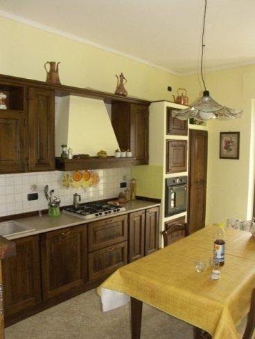 Cucina legno scuro, cucina legno noce, cucina lavorata a mano