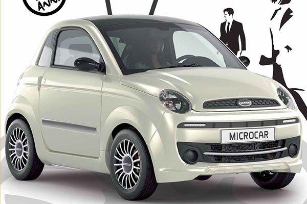 una minicar bianca con scritto Microcar sulla targa anteriore